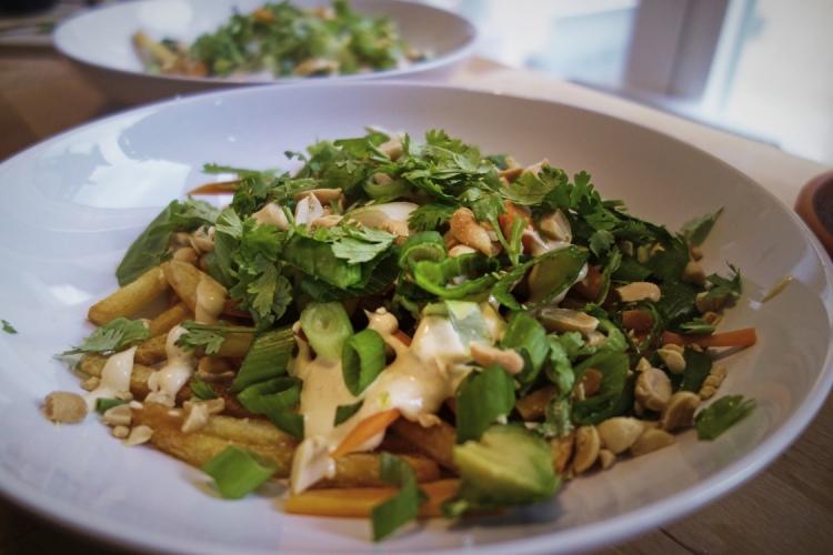 Vegansk fredagsmiddag med pommes och avokado