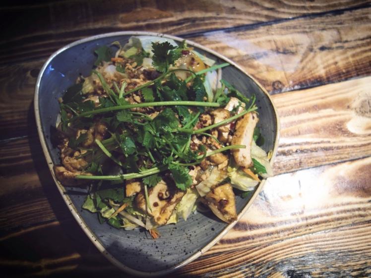 Varm risnudelsallad med tofu