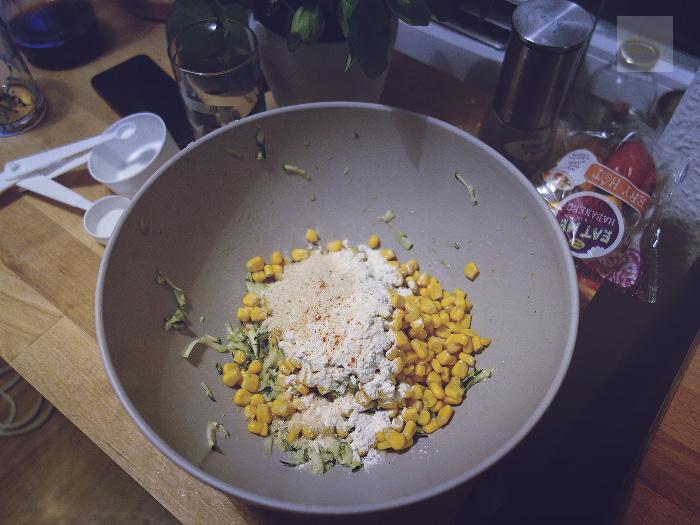 blanda alla ingredienser till zucchiniplättarna
