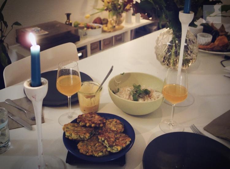 veganska zucchiniplättar med risnudelsallad och srirachamajonnäs