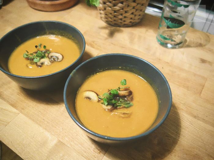 vegansk-sötpotatissoppa-vitlöksfrästa-champinjoner
