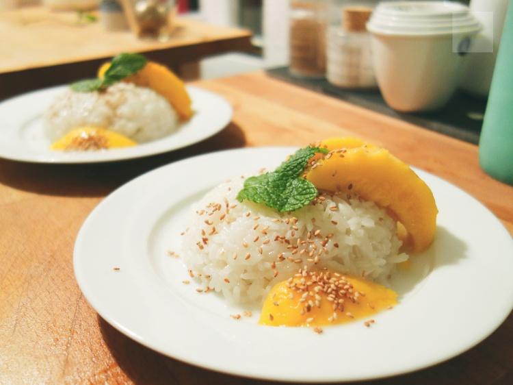 Klibbigt kokosris med mango och mynta