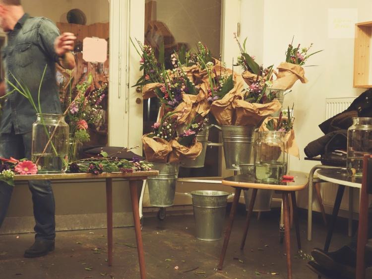 Florist håller i bukettworkshop