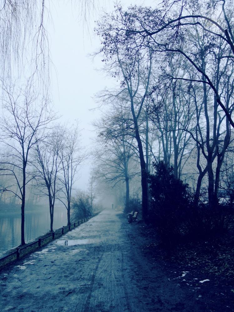 Dimma och joggare längs med Landwehrkanal